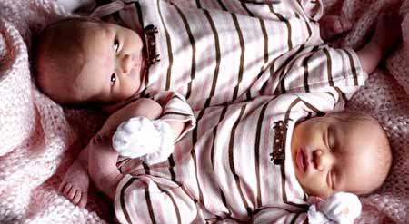 Чим відрізняються двійнята від близнюків?
