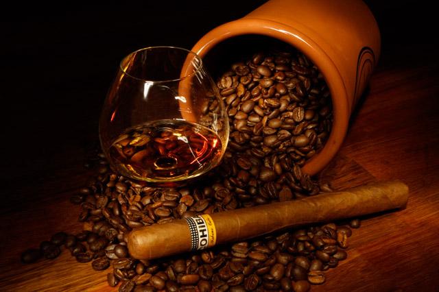 кава і спиртне - причина посмикування повік очей