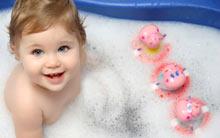 купання молодого малюка